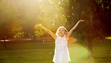 chica en el sol